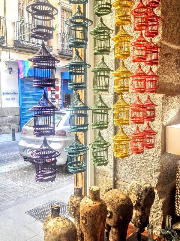 Elementos de decoración de una tienda en Chueca