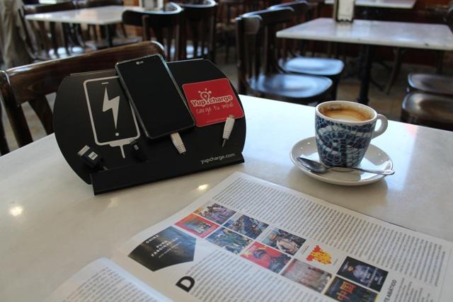 Yup Charge te permite cargar el móvil mientras te tomas un café - www.agenciadenoticias.es