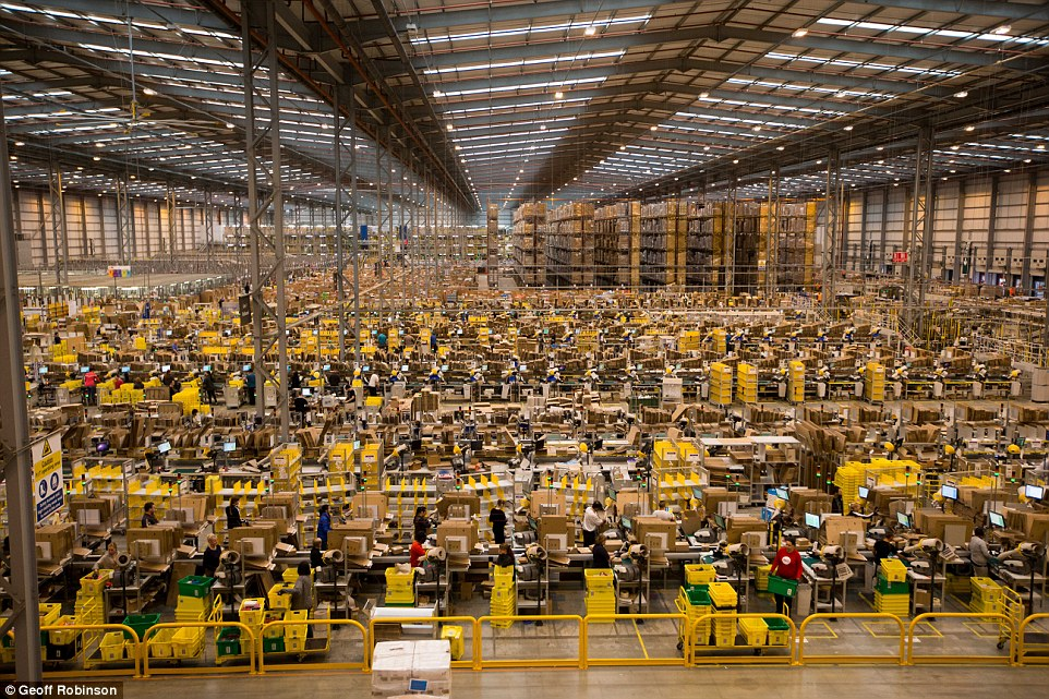 No es un hormiguero, son los almacenes de Amazon durante el Black Friday - dailymail.co.uk