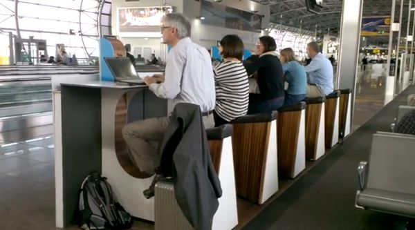 En el aeropuerto de Schiphol de Amsterdam podrás cargar tu móvil en bicileta