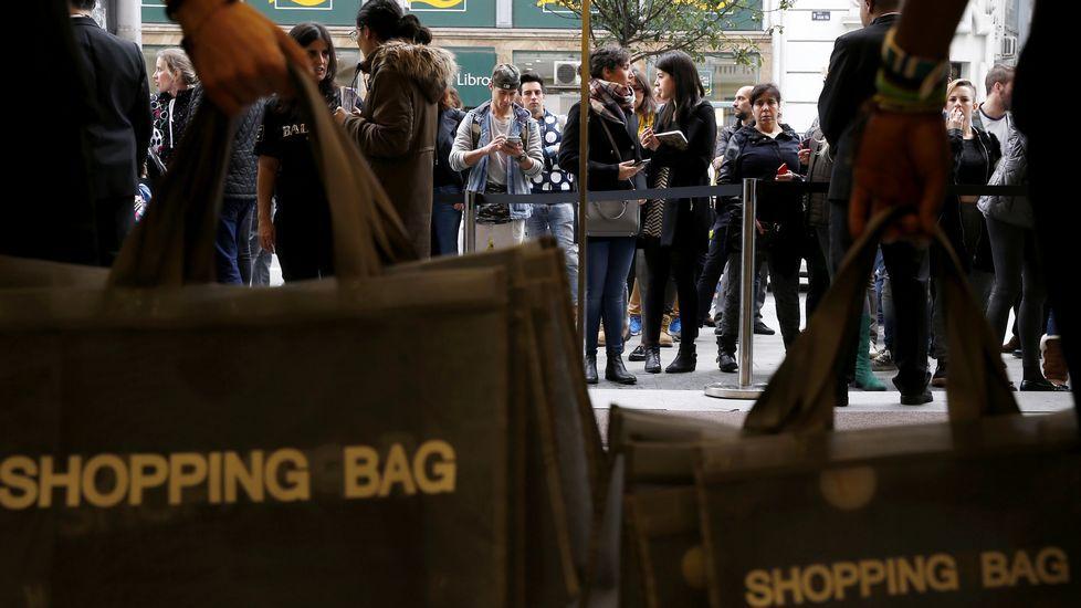 H&M a punto de abrir sus puertas para comprar una prenda de Balmain - Sergio Barrenechea