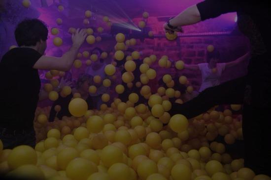 Conoce el Tigre du Bain-Balles: ¡un bar con piscina de bolas!